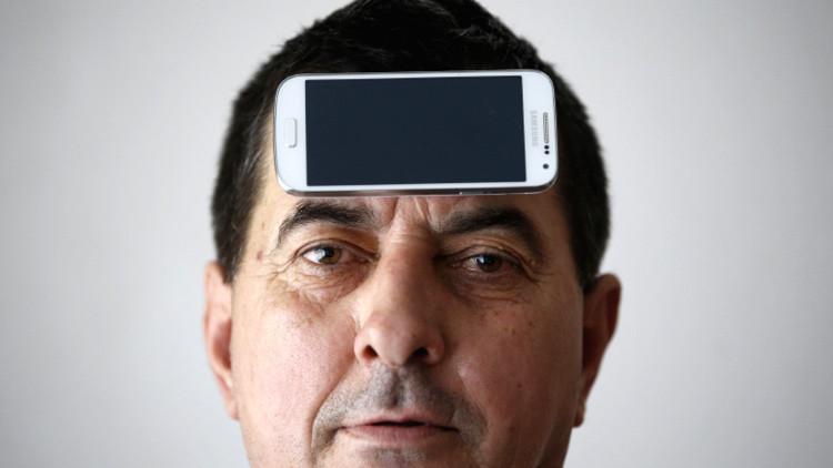 Fusión hombre y máquina: el teléfono móvil del futuro se implantará en la cabeza
