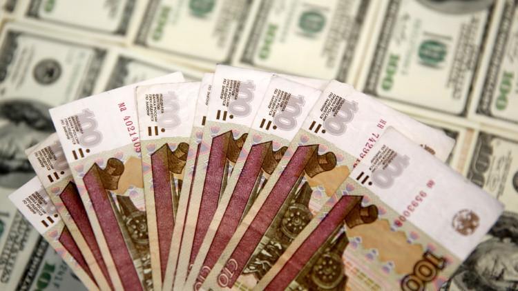 Billetes de 100 rublos frente a dólares