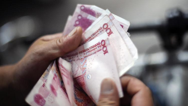 Un chino y su esposa pasan varios meses pegando 21.000 dólares