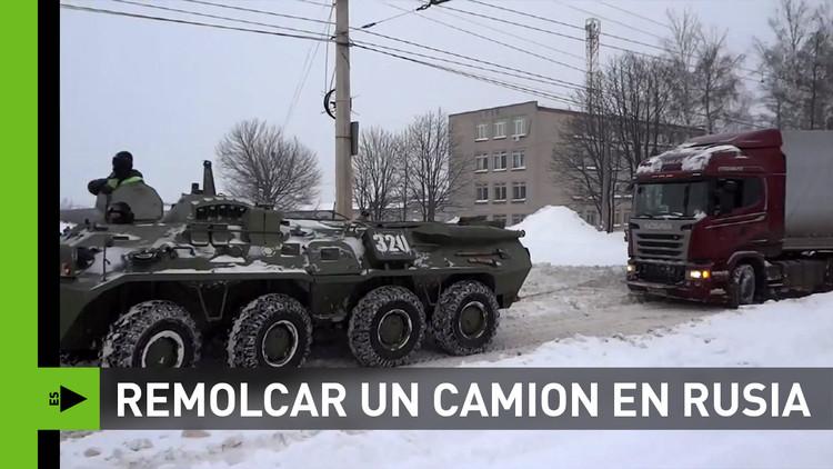 ¿Cómo remolcar a lo ruso un camión atascado?