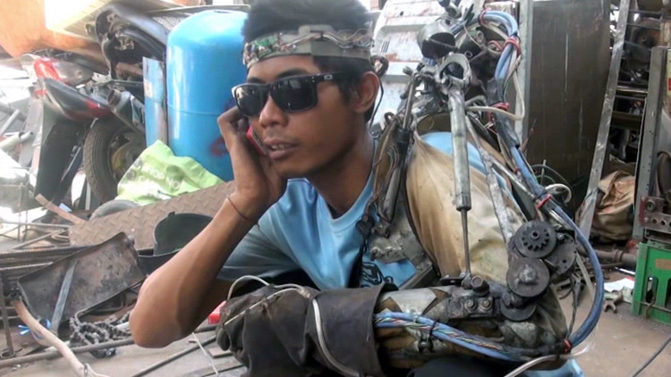 Video: Un soldador indonesio se construye un brazo robótico controlado por el cerebro