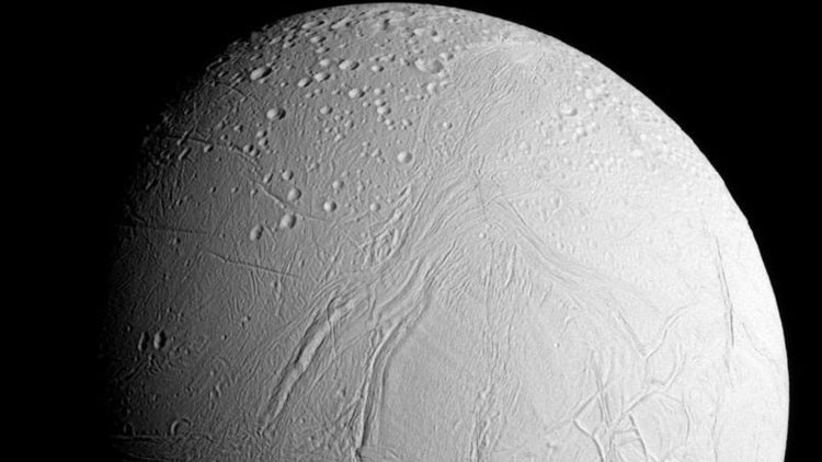 No deja de sorprender: nuevo hallazgo en la más misteriosa luna de Saturno inquieta a la ciencia