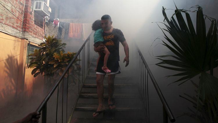 Servicios sanitarios salvadoreños fumigan las zonas donde podrían reproducirse los mosquitos