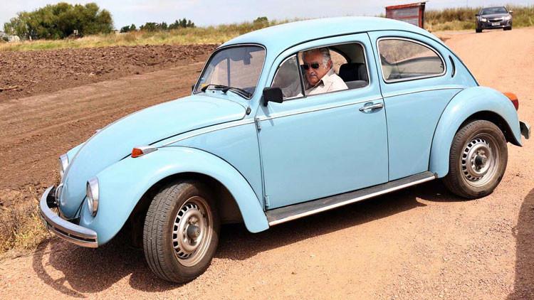 Alcaldesa de Madrid viaja en el tiempo a bordo del 'escarabajo' de Mujica para comer asado