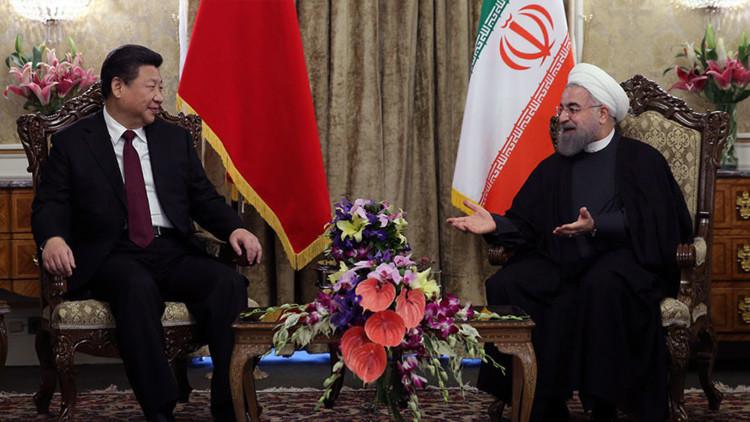 El presidente chino, Xi Jinping, con su par iraní, Hasán Rohaní