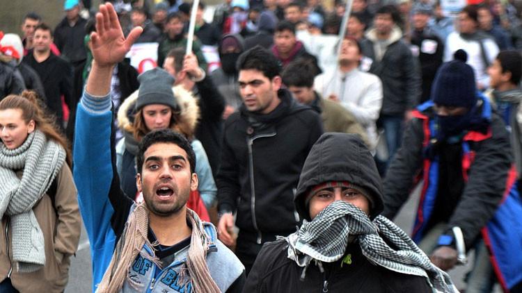 Refugiados furiosos asaltan un barco en el puerto de Calais (Video, fotos)