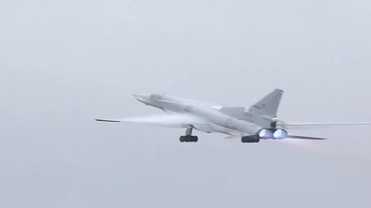 Video: Un bombardero ruso Tu-22 lanza una 'lluvia de bombas' contra el Estado Islámico en Siria