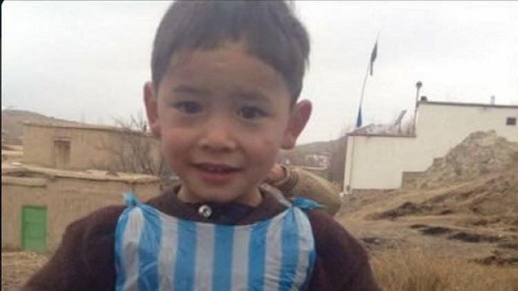 Video: Hallan al niño que hizo una 'camiseta' de Messi con una bolsa de plástico