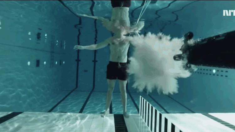 Video: Afronta a pecho descubierto un balazo a 3 metros de distancia bajo agua