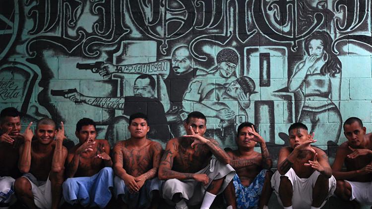 Miembros de una pandilla de reclusos en una prisión de Quezaltepeque, cerca de San Salvador