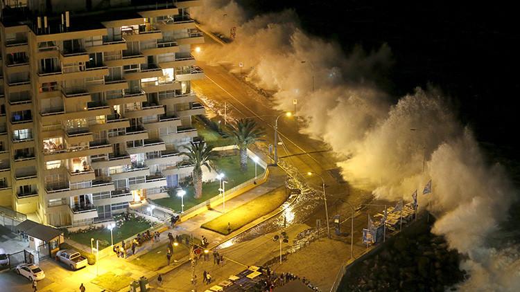 VIDEOS: Monstruosas olas arrasan las costas de Chile engullendo todo a su paso