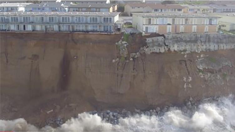 Video: Una ciudad en EE.UU. se cae literalmente por un acantilado al océano por culpa de El Niño