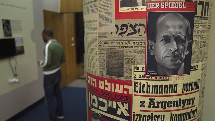 Visitante de una instaalción dedicada al Holocausto en el Museo de Historia de Jerusalén