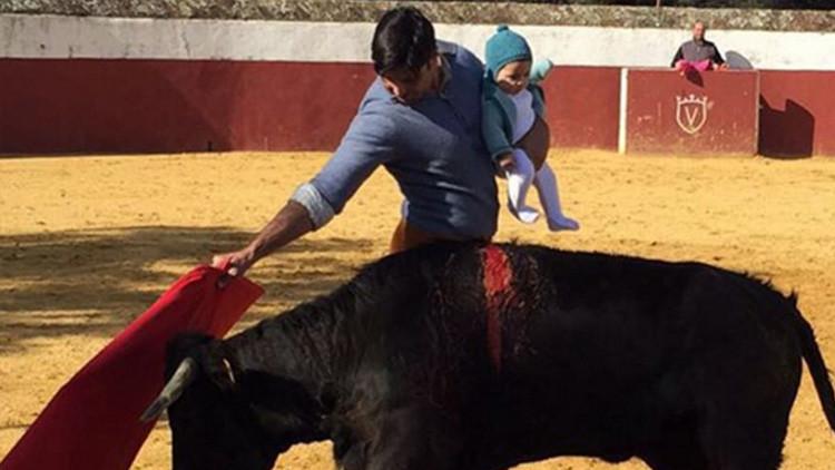 Un matador español publica una polémica foto toreando con su hija de 5 meses en brazos
