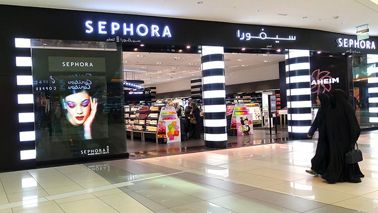 La gente pasa por la tienda Sephora en el centro comercial Avenues Mall en Kuwait.