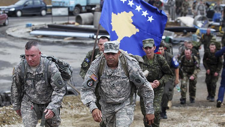 Varios soldados estadounidenses marchan cerca de la ciudad de Vushtrri, Kosovo, 17 de octubre de 2015