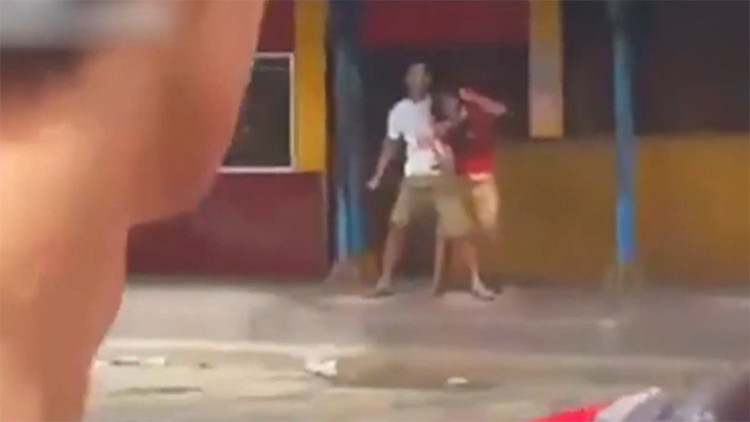 FUERTES IMÁGENES: Golpean sin piedad a un hombre que apuñaló a una mujer tras tomarla como rehén