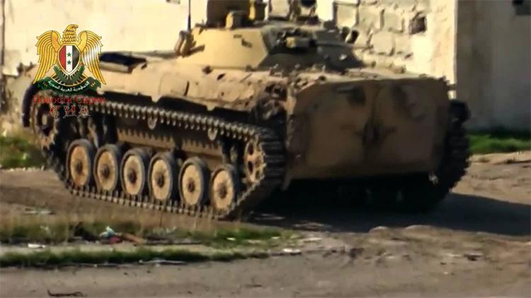 Video: Operador yihadista huye aterrado de un vehículo de combate que está a punto de dispararle