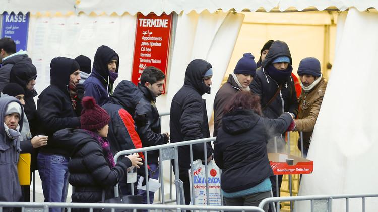 Refugiados hacen cola ante una tienda de campaña en las oficinas  de Salud y Asuntos Sociales (LaGeSo) de Berlín, Alemania, el 5 de enero de 2016.