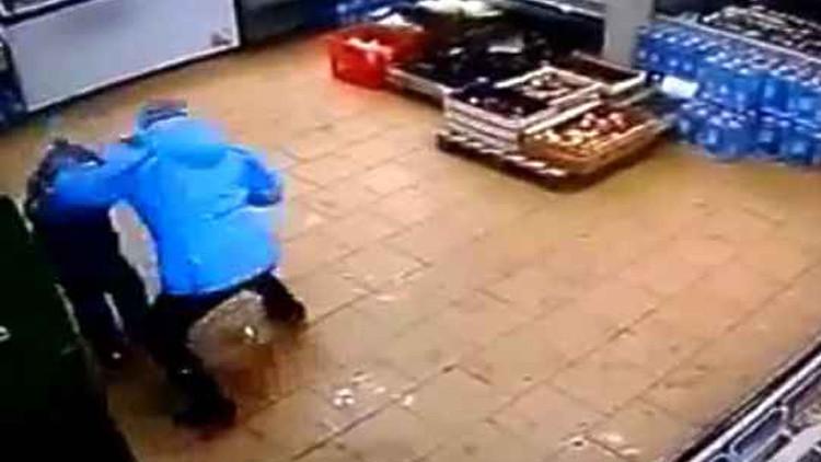 Video escalofriante: Mujer golpea brutalmente a su hijo por no poder retirar dinero del cajero