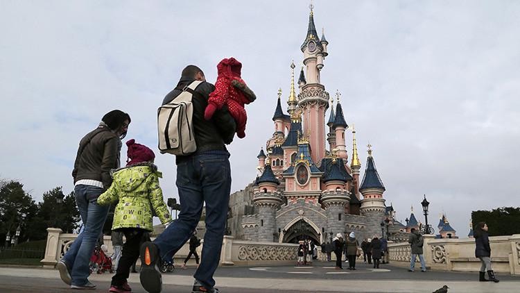 Visitantes de Disneyland de París se dirigen hacia el Castillo de la Bella Durmiente