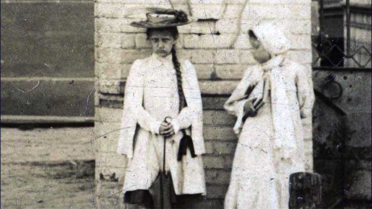 Una 'niña fantasma' que nunca sonríe asoma en varias fotos tomadas antes del fin de la Rusia zarista