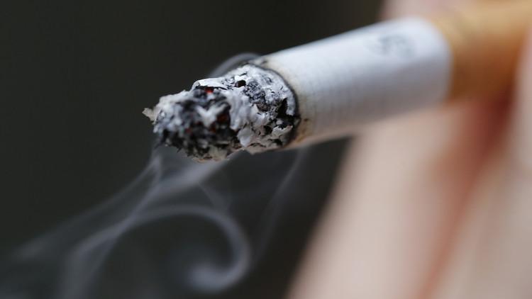 Una mujer fumando en París, el 8 de octubre de 2014.