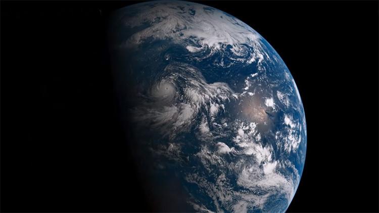 Video: Cómo es un día en la Tierra visto desde el espacio