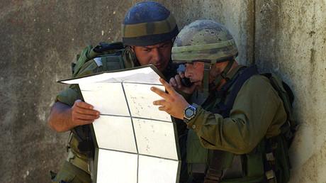 Soldados israelíes observan un mapa