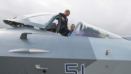 Un piloto de pruebas enseña a Vladímir Putin la cabina de un caza T-50 de quinta generación