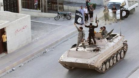 Militantes del Estado Islámico toman parte en un desfile militar en Raqqa, Siria