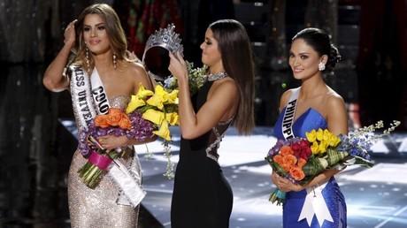 Momento en que retiran la corona a Miss Colombia para entregarla a Miss Filipinas