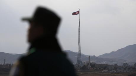 Un militar norcoreano vigila el orden público