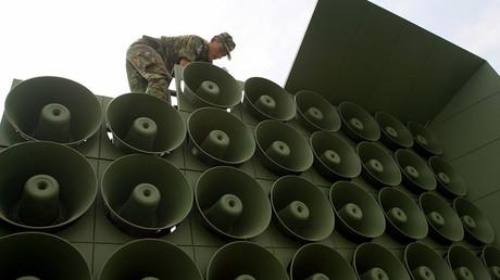 Soldados surcoreanos instalan altavoces en la frontera con Corea del Norte
