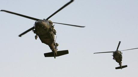 Helicópteros estadounidenses en su base militar en Bagdad, Irak