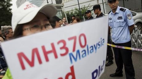 Familiares de pasajeros del vuelo MH370 protestan frente a la Embajada de Malasia en Pekín