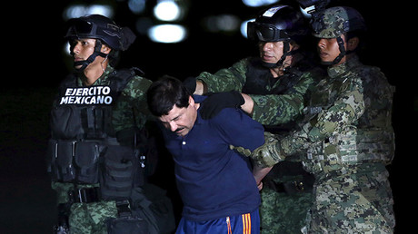 Joaquín 'El Chapo' Guzmán es escoltado por soldados a la oficina de la Procuraduría General de la República de México, el 8 de enero de 2016.