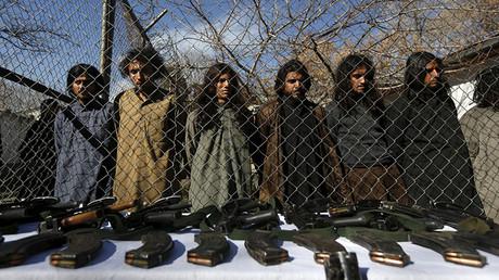 Los talibanes pakistaníes, arrestados por la policía fronteriza de Afganistán, en Kabul durante una presentación de las armas incautadas