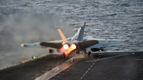 Un EA-18G Growler despega desde el portaaviones estadounidense USS Carl Vinson (CVN 70)