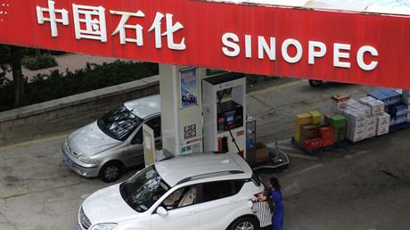 Varias personas llenan de gasolina los tanques de sus coches en Qingdao, Shandong, China