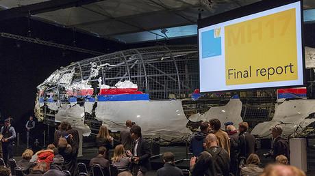 Reconstrucción del Boeing-777 de Malaysian Airlines usada durante la presentación del informe final realizado por las autoridades de Países Bajos.