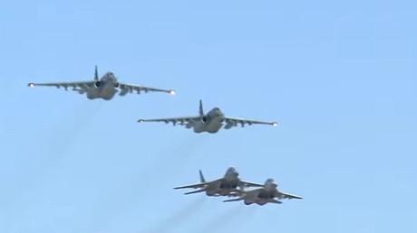 Aviones sirios Mig-29 escoltan a los aviones de combate rusos Su-25 durante una misión conjunta en Siria.