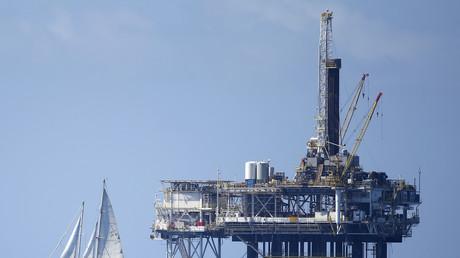 Una plataforma petrolera marina cerca de la costa de Huntington Beach, California, EE.UU.