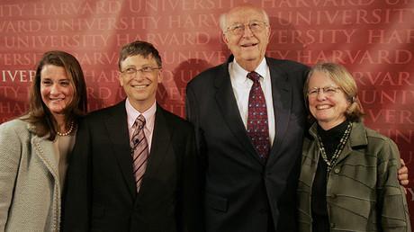 Bill Gates, presidente de Microsoft, posa para una fotografía con su esposa, Melinda, su padre y su madrastra en la Universidad de Harvard en Cambridge, Massachusetts, el 7 de junio de 2007.