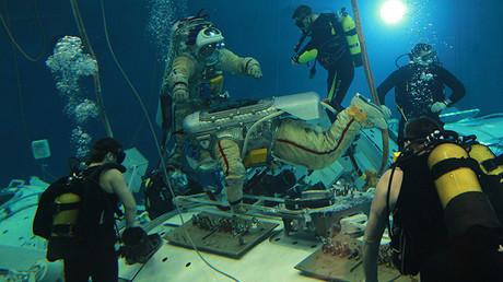 Los instructores Ignat Ignatov y Maxim Zaitsev durante una actividad de formación de cosmonautas bajo ingravidez simulada en una piscina del Centro de Entrenamiento de Cosmonautas en la Ciudad de las Estrellas.
