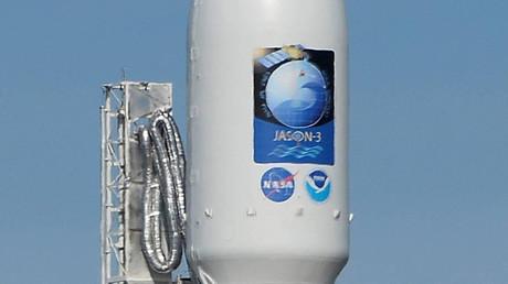 El  cohete Falcon 9 en la base Vandenberg en California