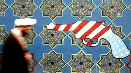 Un clérigo iraní junto a un mural en la pared de la antigua embajada de Estados Unidos en Teherán