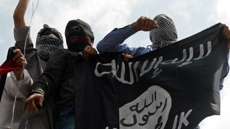 Los yihadistas sostienen la bandera del EI