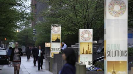 Viandantes caminan cerca de la sede del FMI durante las reuniones de la primavera de 2013 del Fondo Monetario Internacional y el Banco Mundial en Washington (EE.UU.).