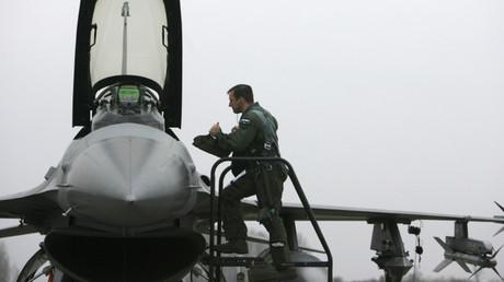 Un piloto de la Fuerza Aérea de EE.UU. sube a un caza F-16